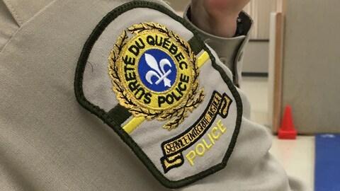 Un badge sur le blouson d'un policier