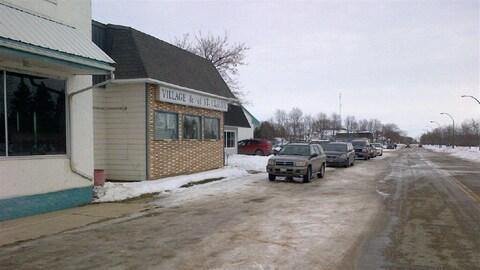 Une rue du village de Saint-Claude au Manitoba.