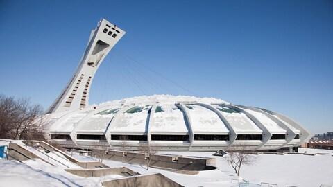 Une photo montrant le stade olympique de Montréal et son esplanade de béton recouverts d'une couche de neige fraîche.