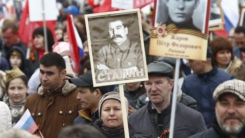 Une femme brandit un portrait du dictateur Joseph Staline, le 9 mai 2017, célébrant les 72 ans de la victoire russe contre le nazisme.