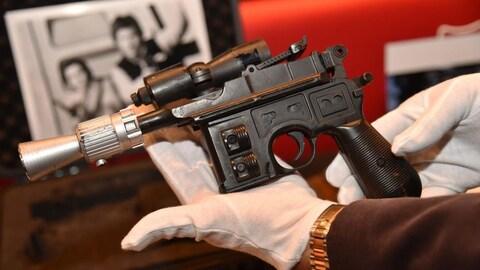 Fait essentiellement de bois, le faux-pistolet noir et argenté mesure une quarantaine de centimètres.