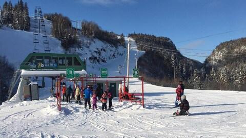 Des skieurs font la file pour prendre le remonte-pente.