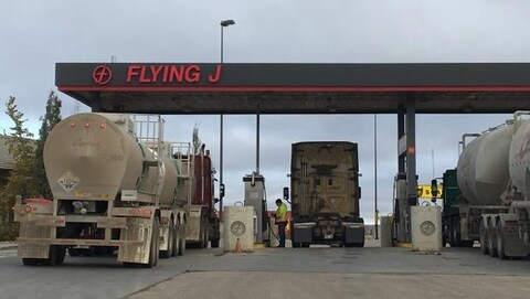 Des camions qui font le plein d'essence à la station-service Flying J.