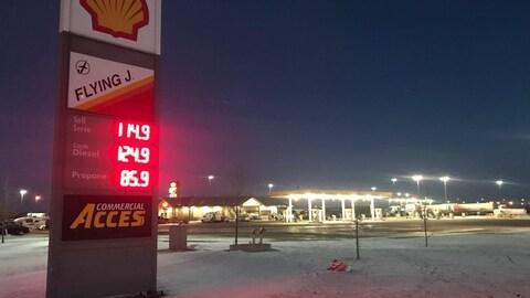 Panneau des prix de l'essence de la station-service Flying J truck, à Saskatoon