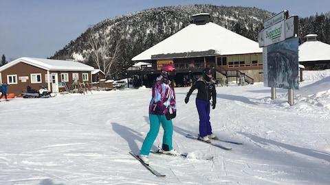 Des skieurs au centre de ski du parc provincial Sugarloaf le 9 décembre 2018.