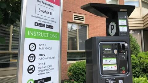 Une borne de paiement de stationnement.