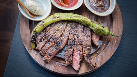 Un steak sur une planche à découper