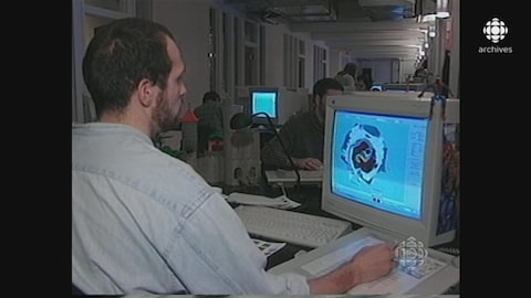 Un homme, de dos, à l'ordinateur, dans les locaux d'Ubisoft Montréal