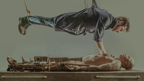 Image tirée du film intitulé Le sujet où on voit Patrick Bouchard travailler sur un mannequin.