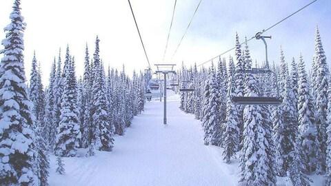 Des gens dans une remonté de ski.