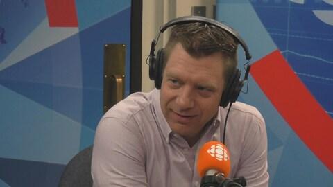 Sylvain Rodrigue devant le mircro de Radio-Canada