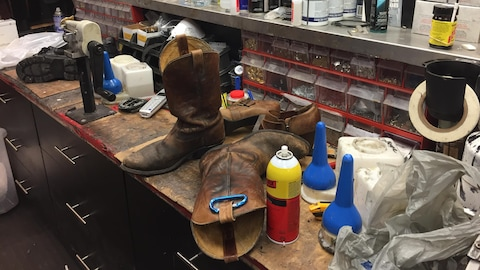Un espace de travail à la cordonnerie Heels'n'Soles