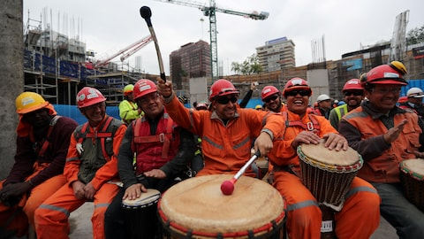Labourers of a construction site play drums used to avoid stress at their workplace in Santiago, Chile, September 26 2018. REUTERS/Ivan Alvarado - RC152087D6C0