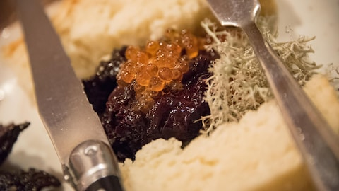 Un plat, deux couteaux, du pain et un tartare