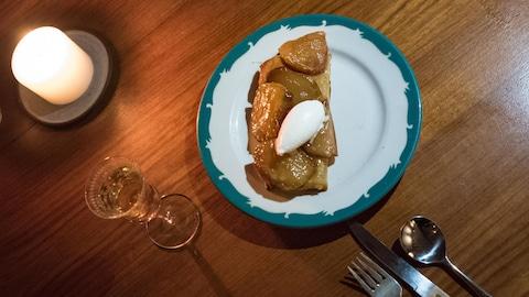 Un plat et des couvers sur une table
