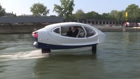 Embarcation inusitée sur la Seine à Paris