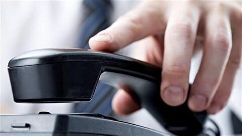 Une main sur un téléphone
