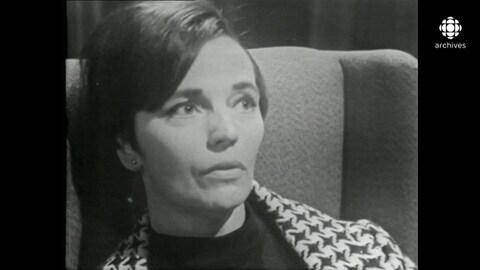 Pensive et installée dans un fauteuil, une femme se confie.