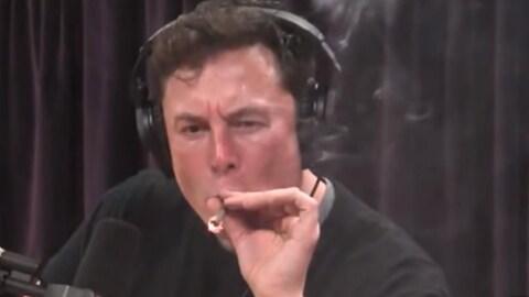 Elon Musk fumant un joint.