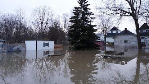 Une rue inondée à Thamesville.