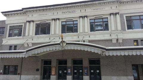 La façade d'un bâtiment abritant un théâtre.