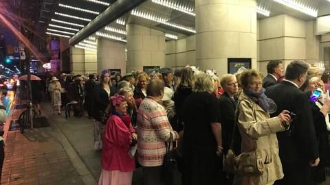Des gens attendent pour entrer dans le théâtre Princess of Whales, à Toronto, où se déroulait un événement de visionnement en direct du mariage entre le prince Harry et Meghan Markle.
