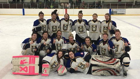 Photo de l'équipe féminine de hockey de l'Université Lakehead.