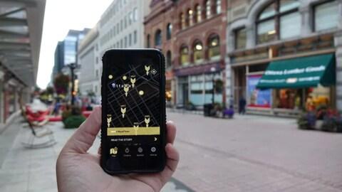 Un cellulaire où l'application Time Traveller est activée, rue Sparks, à Ottawa.