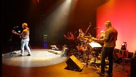 Yves Lécuyer sur scène avec des musiciens
