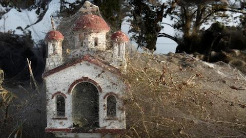 Des toiles d'araignées recouvrent une boîte postale près du lac Vistonida, en Grèce.