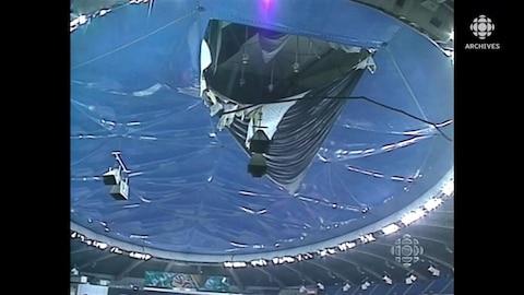Trou béant de la déchirure de la toile du stade olympique de Montréal, vue de l'intérieur.