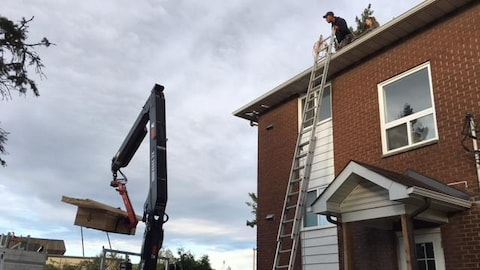 un ouvrier sur un toit.