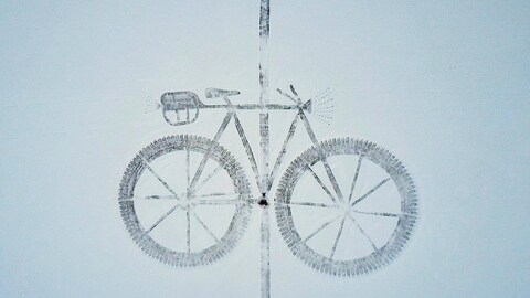 Gros vélo dessiné dans la neige