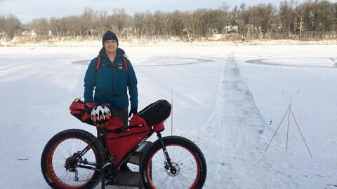 Tom Kolesnik avec son vélo à roues surdimensionnées.