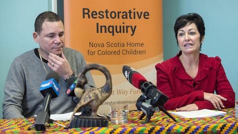 Tony Smith et la juge Pamela Williams en conférence de presse à Halifax le 7 décembre 2018.