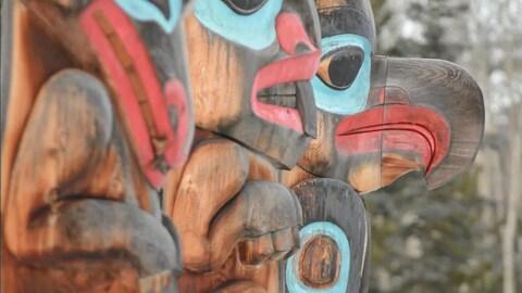 des totems en bois représentant des animaux