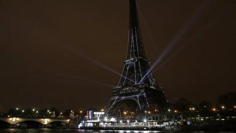 La tour Eiffel illuminée dans la nuit