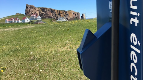 Une borne de recharge pour voiture électrique située non loin du rocher Percé.