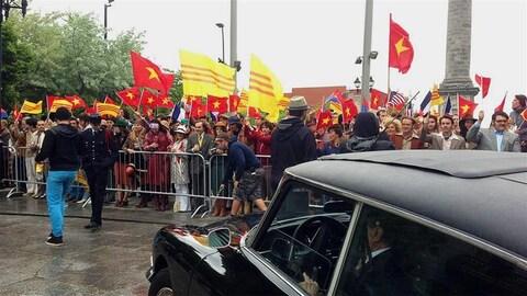 Un lieu de tournage où des manifestants brandissent des drapeaux américains et vietnamiens.