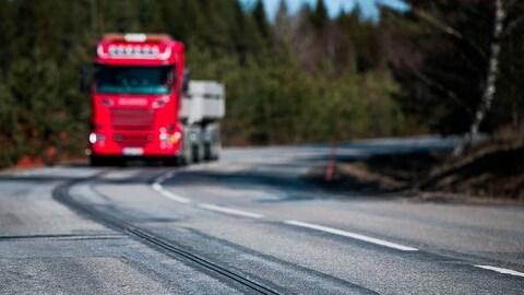 Un camion empruntant une route électrifiée en Suède.