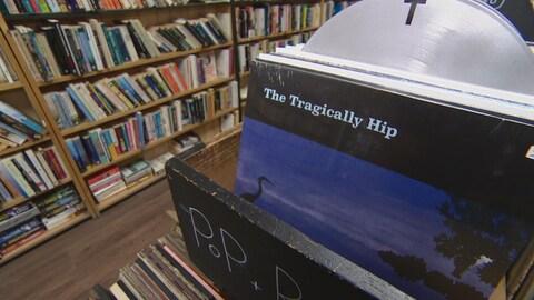 Un disque vinyl de The Tragically Hip dans un magasin.