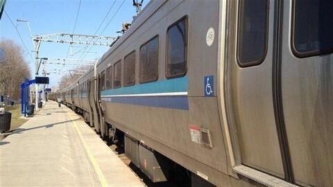 Un train de banlieue à la gare de Deux-Montagnes