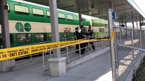 Un train GO et des policiers