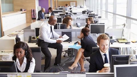 Plan général d'un bureau ou plusieurs personnes travaillent.
