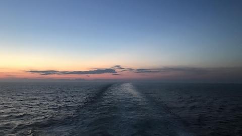 Le fleuve Saint-Laurent avec, au loin, un ciel rosé avec quelques nuages