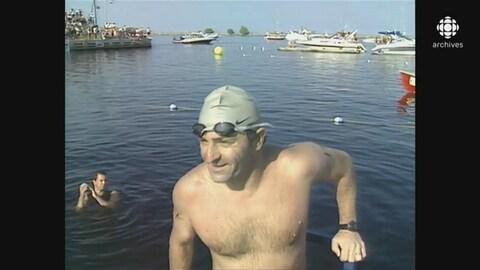 Claudio Plit montant sur le quai et regardant les spectateurs du fil d'arrivée avec le sourire