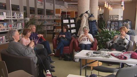 Un groupe de tricoteuses à la bibliothèque Gatien-Lapointe de Trois-Rivières.