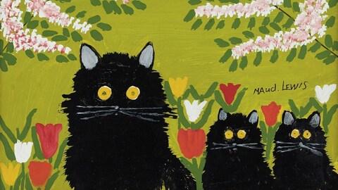 Trois chats noirs avec des fleurs en arrière-plan.