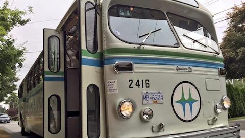 Vue de devant d'un des trolleybus originaux, avec le logo de BC Hydro.