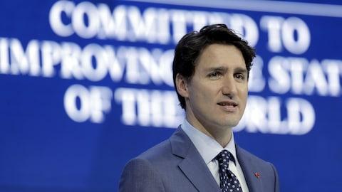 Justin Trudeau regarde la foule qui assiste à son discours à Davos.
